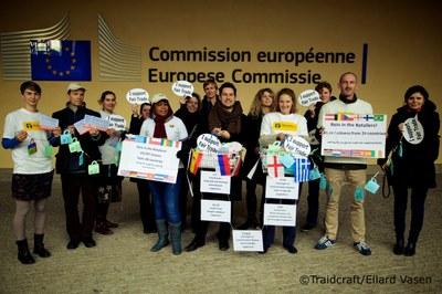 consortium-overhandigt-40.000-handtekeningen-aan-eurocommissaris-barnier-om-oneerlijke-handelspraktijken-van-supermarkten-aan-te-pakken