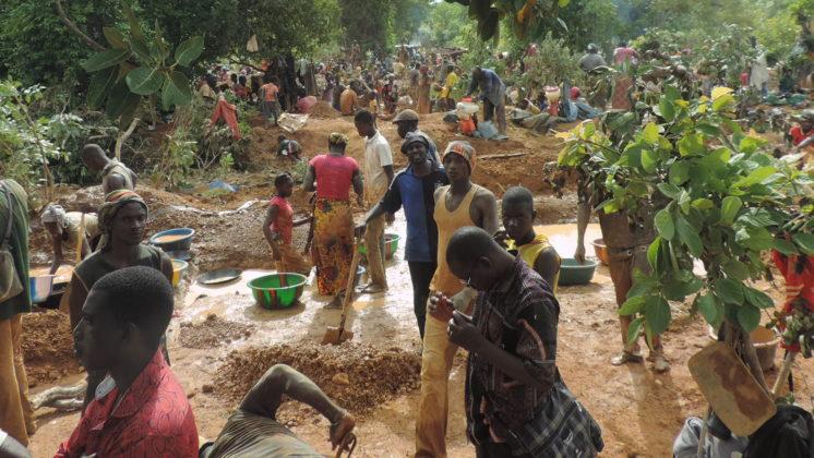 Foto van kinderarbeid bij de winning van fout goud