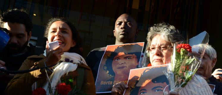 Manifestatie in Honduras na de moord op milieuactivist Berta Cácares. De zus van Berta voert het woord.