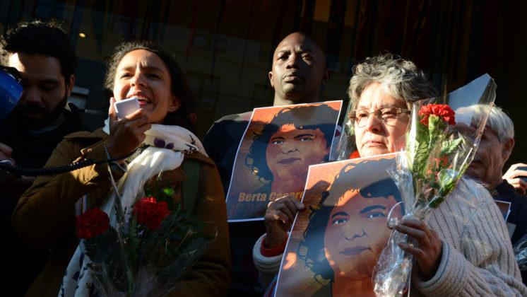 Mensenrechten gaan voor winst. Foto van manifestatie na de moord op activist Berta Cáceres