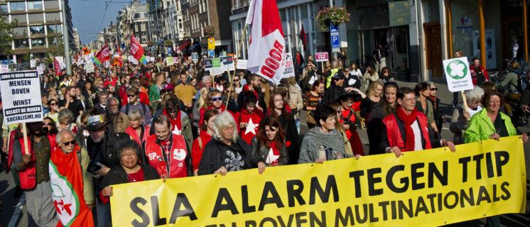 AMSTERDAM - Duizenden Nederlanders demonstreren vandaag in Amsterdam omdat zij zich zorgen maken over cruciale bepalingen in de handelsverdragen TTIP en CETA. Nederlandse normen voor voor arbeidsrechten en bescherming van het milieu, privacy en consumenten dreigen door TTIP verlaagd te worden. TTIP en CETA komen ondemocratisch en niet transparant tot stand en de rechtstaat wordt ondermijnd. FOTO MARTEN VAN DIJL / MILIEUDEFENSIE