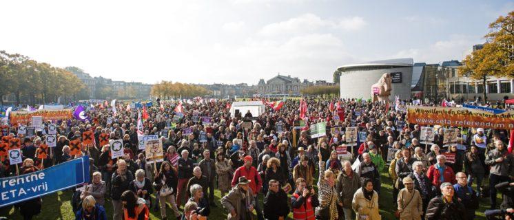 8000 mensen protesteerden zaterdag 22 oktober op het Museumplein in Amsterdam tegen TTIP, CETA en TiSA.