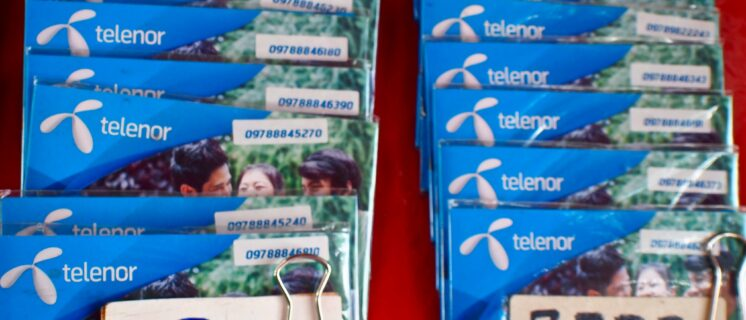 SIM-kaarten te koop aan de Merchant Road in het centrum van Yangon, Myanmar, van de drie mobiele operators in Myanmar: de plaatselijke MPT, het Noorse Telenor en Ooredoo uit Qatar.