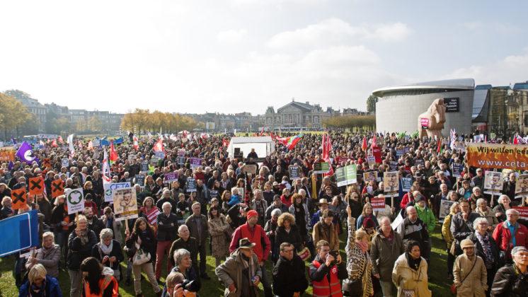 Amsterdam,  22 oktober 2016 -  Boeren, ondernemers, vakbondsleden, jongeren, consumenten, wetenschappers en milieuactivisten uit het hele land zijn vandaag in Amsterdam op straat bij de Manifestatie voor duurzame en eerlijke handel. Acht duizend mensen protesteren zo tegen de handelsverdragen CETA, TTIP en TiSA. Het protest heeft zich ontwikkeld tot een breed maatschappelijk verzet. De manifestatie is georganiseerd door de FNV, Greenpeace, Milieudefensie, foodwatch, SOMO en Transnational Institute. De Consumentenbond sloot zich daar onlangs bij aan.  FOTO MARTEN VAN DIJL / MILIEUDEFENSIE